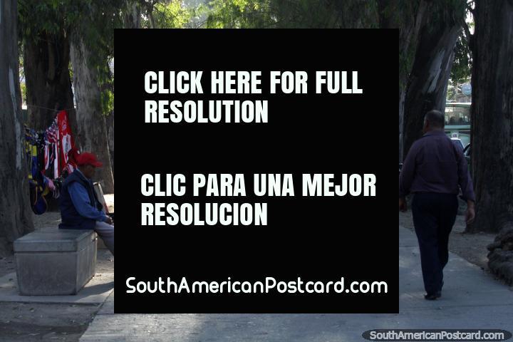 As pessoas vendem jóias e outros itens ao longo da passarela de pedestres junto de Parque San Martin em Salta. (720x480px). Argentina, América do Sul.