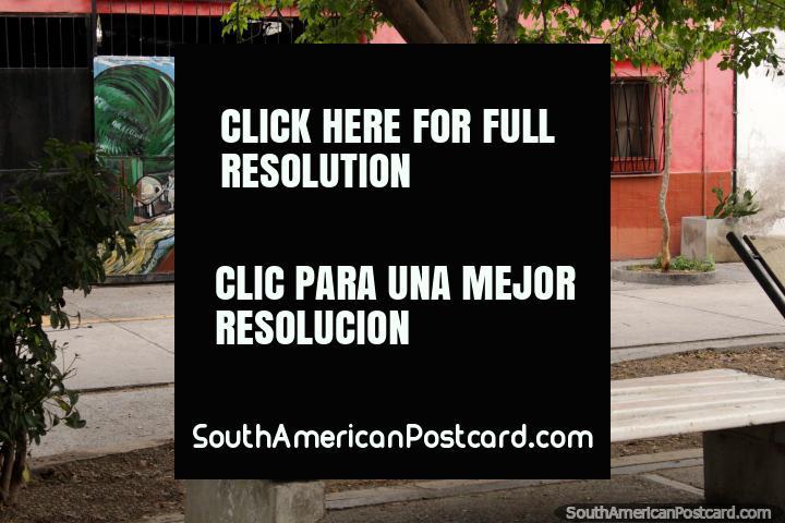 Mural de uma fazenda em baixo de montanhas em uma casa rosa no Paseo das Poetas em Salta. (720x480px). Argentina, América do Sul.