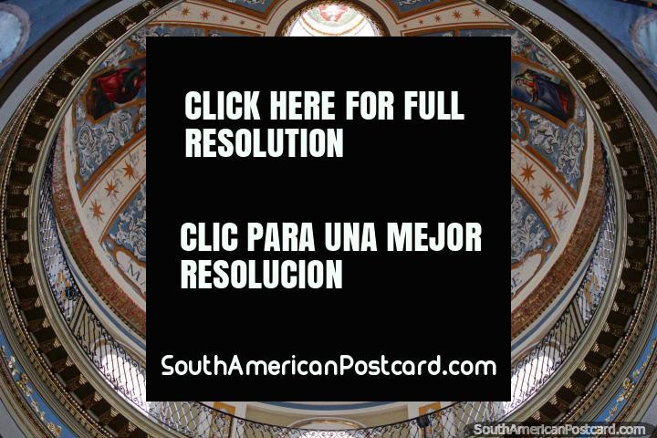 Visão interior da cúpula assombrosa em Igreja Nuestra Senora da Candelaria da Vina em Salta. (720x480px). Argentina, América do Sul.