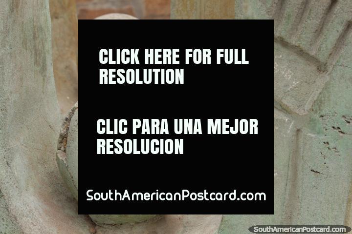 Lïderes esculpidos redondos de concreto e uma mão, arte em Parque San Martin em Salta. (720x480px). Argentina, América do Sul.