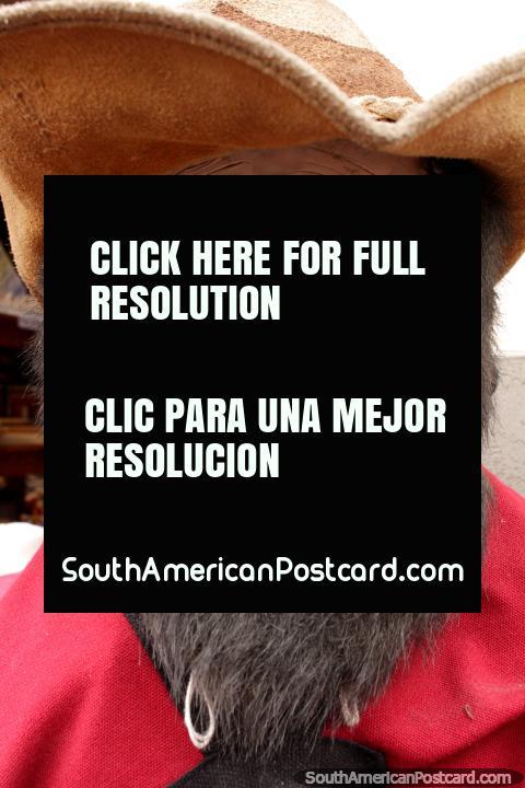Homem barbudo com chapéu, um modelo cerâmico do lado de fora de uma loja em Salta. (480x720px). Argentina, América do Sul.
