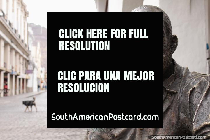 El Dr. Gustavo Cuchi Leguizamón (1917-2000), abogado, músico, poeta, estatua en Salta. (720x480px). Argentina, Sudamerica.