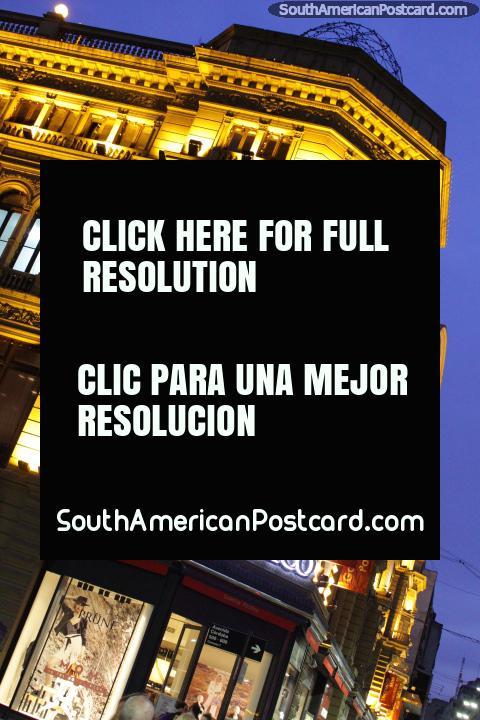 El edificio de Galerías Pacífico con las luces de oro en la noche en Buenos Aires. (480x720px). Argentina, Sudamerica.