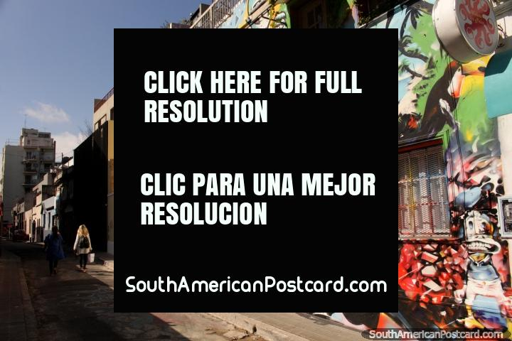 Um mural fresco e colorido levanta a esta rua de cidade tranquila em Buenos Aires. (720x480px). Argentina, América do Sul.