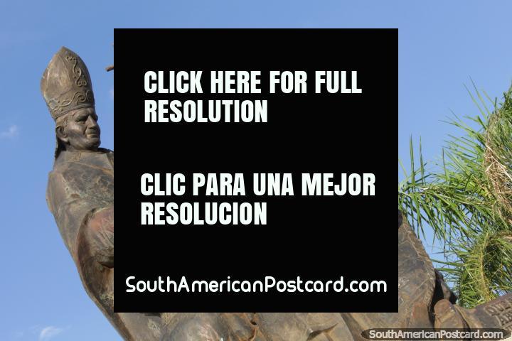 Monumento Santidad Juan Pablo II su, Papa que mantém cruz em Pousadas. (720x480px). Argentina, América do Sul.