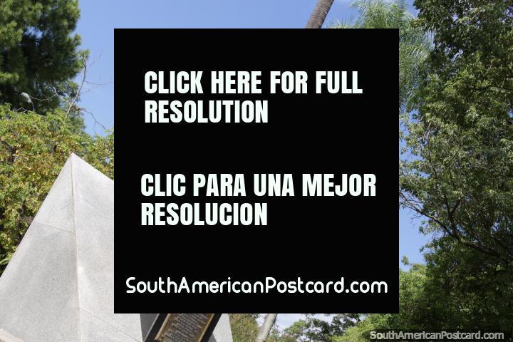 Eva Perón (1919-1952), la primera señora, estatua de oro en la Plaza 25 de Mayo en Resistencia. (720x480px). Argentina, Sudamerica.