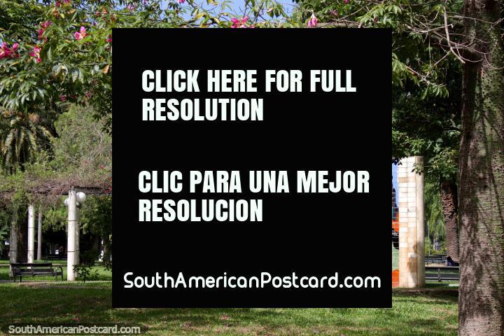 O mural de Chaco fez de telhas de muitas cores em Praça 25 de Mayo em Resistencia. (720x480px). Argentina, América do Sul.