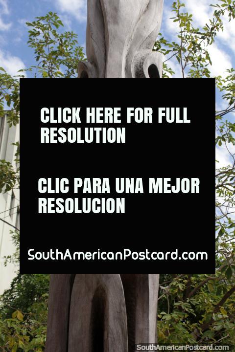 El Pilar de los Diez Mandamientos, la escultura de madera en exhibición en Resistencia. (480x720px). Argentina, Sudamerica.