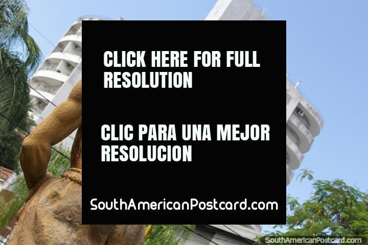 El Colono por Luis Ravatti, escultura de un hombre en Resistencia. (720x480px). Argentina, Sudamerica.