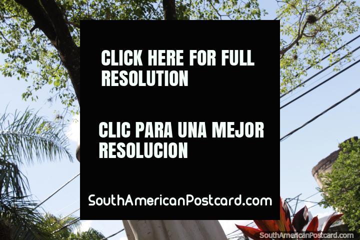 Estatua de una figura religiosa en la Plazoleta María Auxiliadora en Resistencia. (720x480px). Argentina, Sudamerica.