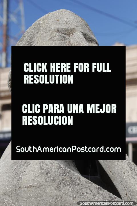 Figura en la Playa by Eros Ruben Vanz, sculpture of stone in Resistencia. (480x720px). Argentina, South America.
