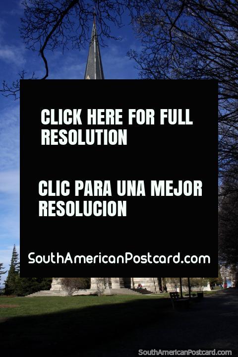 Catedral Nuestra Senora do Nahuel Huapi em Bariloche, obra de cantaria assombrosa, inaugurou em 1946. (480x720px). Argentina, América do Sul.