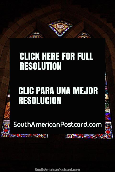 As belas janelas de vidro manchadas são uma caracterïstica da catedral em Bariloche. (480x720px). Argentina, América do Sul.