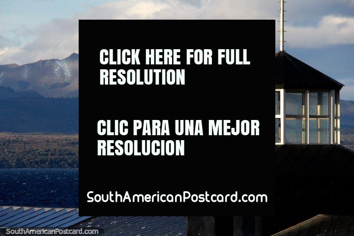 Ventanas de vidrio del mirador en la parte superior del edificio Puerto Rock en Bariloche. (720x480px). Argentina, Sudamerica.