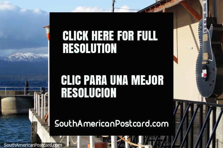 El club nocturno Puerto Rock tiene una ubicación excelente en el borde del Lago Nahuel Huapi con guitarras gigantes, Bariloche. (720x480px). Argentina, Sudamerica.
