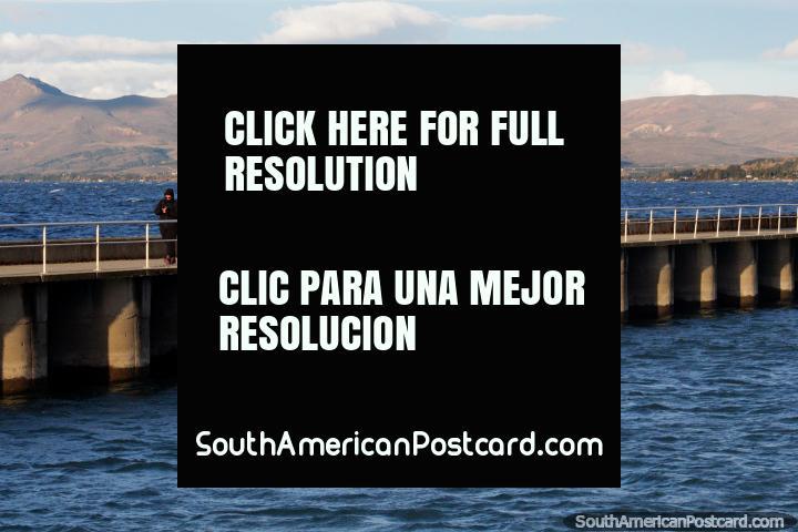 Muelle de pesca y paseo sobre las aguas del Lago Nahuel Huapi en Bariloche. (720x480px). Argentina, Sudamerica.