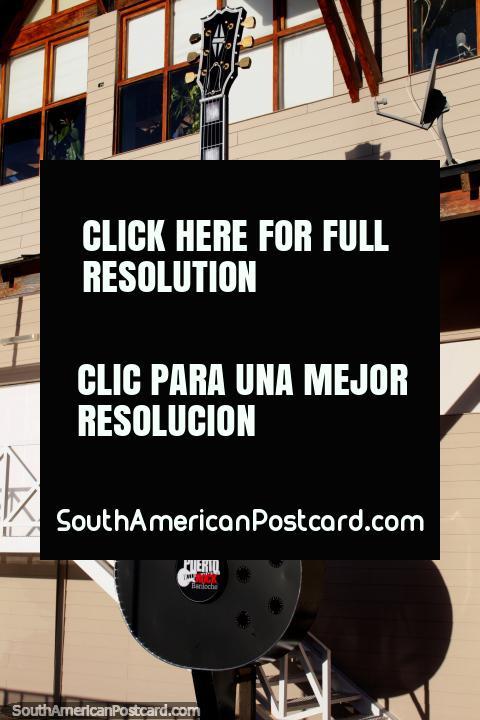Esbofeteiam a um gigante Gibson Les Paul no lado do edifïcio de boate de Porto Rock em Bariloche. (480x720px). Argentina, América do Sul.