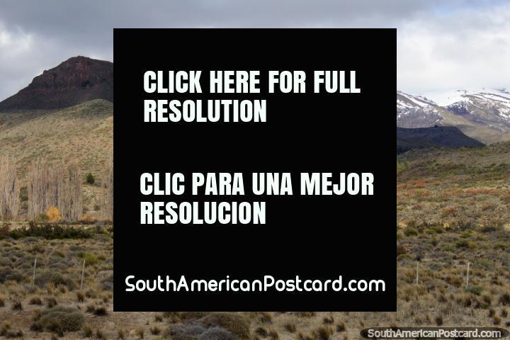 Colinas e montanhas cobertas de neve somente ao sul de Confluencia, ao norte de Bariloche. (720x480px). Argentina, América do Sul.