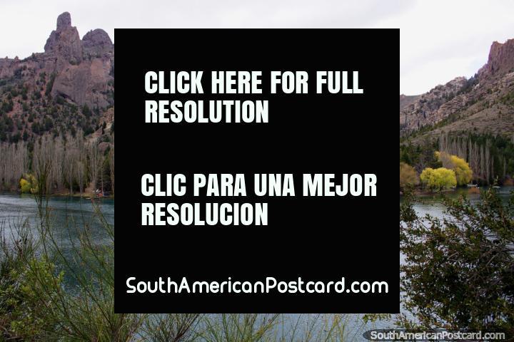 Formaciones rocosas irregulares y el río Limay en Confluencia, al norte de Bariloche. (720x480px). Argentina, Sudamerica.