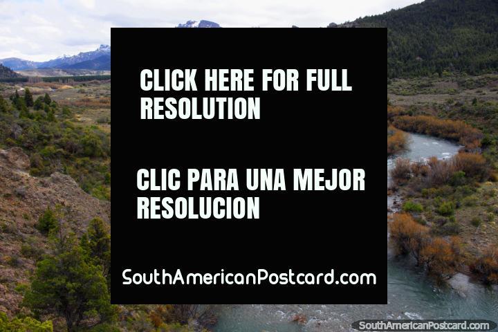 O Rio Traful que corre entre Confluencia e o Lago Traful, montanhas e neve. (720x480px). Argentina, América do Sul.