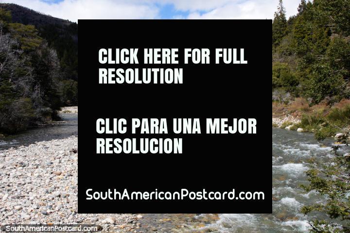 O Rio pitoresco Minero a 2 km ao leste do Lago Traful e uma montanha coberta de neve distante. (720x480px). Argentina, América do Sul.