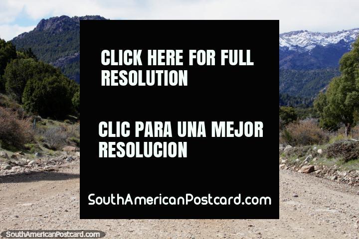 A via 65 corridas junto do Lago Traful a Traful onde podem gostar de acampar e pesca de esporte. (720x480px). Argentina, América do Sul.