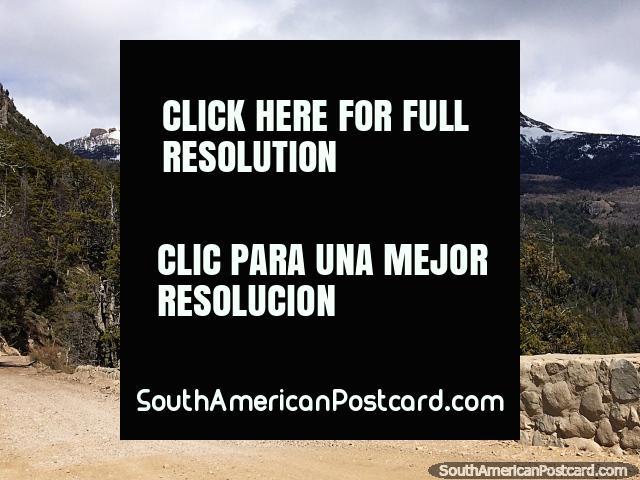 Un hermoso paisaje durante el recorrido por la Ruta 65 a Traful con montañas nevadas y bosques. (640x480px). Argentina, Sudamerica.