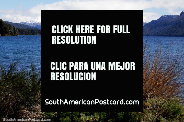 O lago Traful com belos picos nevosos na distância faz um lugar de acampamento perfeito! (720x480px). Argentina, América do Sul.