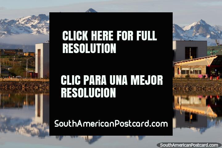 Incluso los edificios estándar se ven geniales cuando se reflejan en las aguas de Ushuaia. (720x480px). Argentina, Sudamerica.