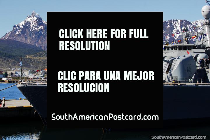 Barcos de la Armada con banderas coloridas con las cordilleras Martial detrás en Ushuaia. (720x480px). Argentina, Sudamerica.