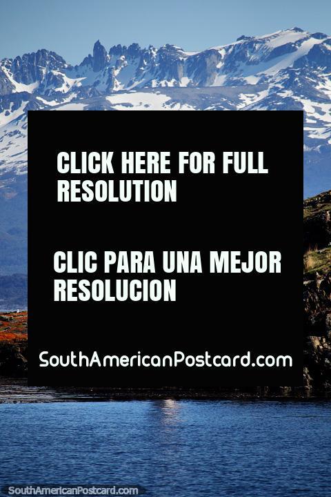 Uno de los faros rojos y blancos que se ven en el tour de la Isla de Pájaros en Ushuaia. (480x720px). Argentina, Sudamerica.