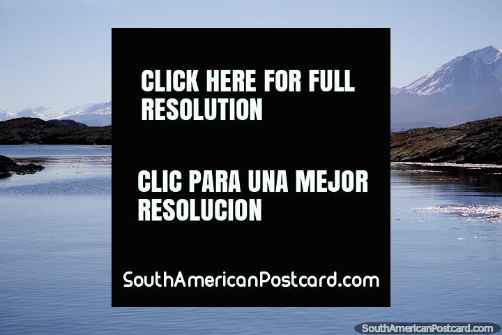 Cenário pacïfico de azul nebuloso com montanhas e ilhas rochosas em Ushuaia. (720x480px). Argentina, América do Sul.