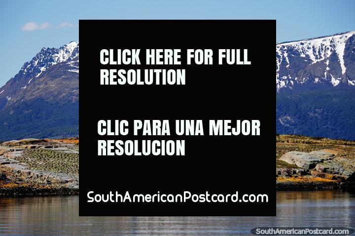 Paisaje prehistórico y enormes montañas nevadas, vistas desde el puerto de Ushuaia. (720x480px). Argentina, Sudamerica.