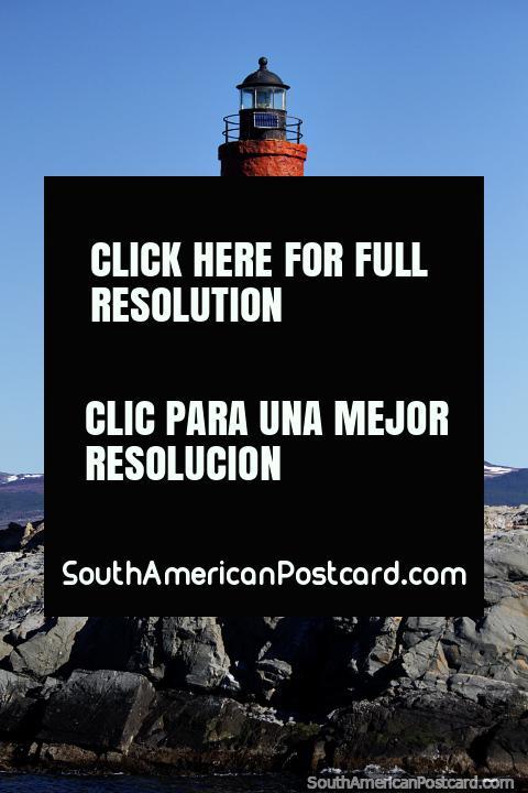 Faro Les Eclaireurs, rojo y blanco, en el canal de Beagle, Ushuaia. (480x720px). Argentina, Sudamerica.
