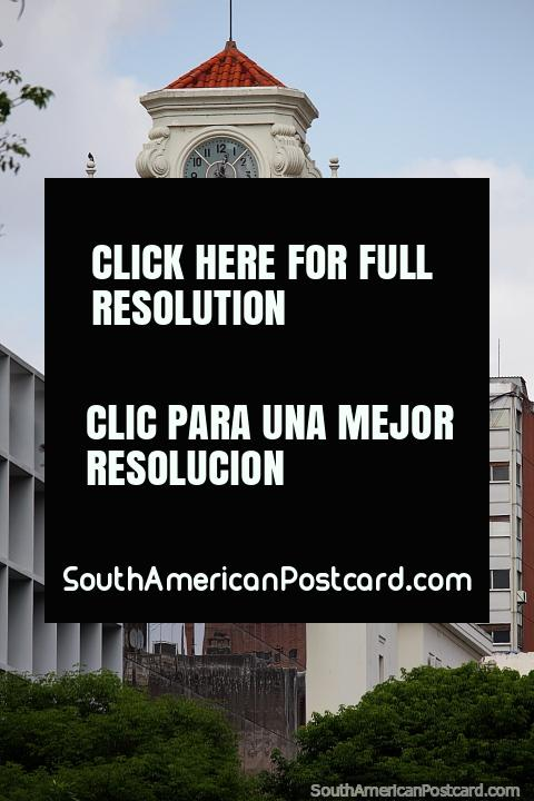 Torre de relógio distante de um de muitos edifïcios históricos vistos em Córdoba. (480x720px). Argentina, América do Sul.