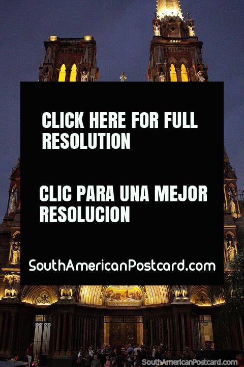 Una vista espectacular de noche con luces en Córdoba es la Iglesia de los Capuchinos. (480x720px). Argentina, Sudamerica.