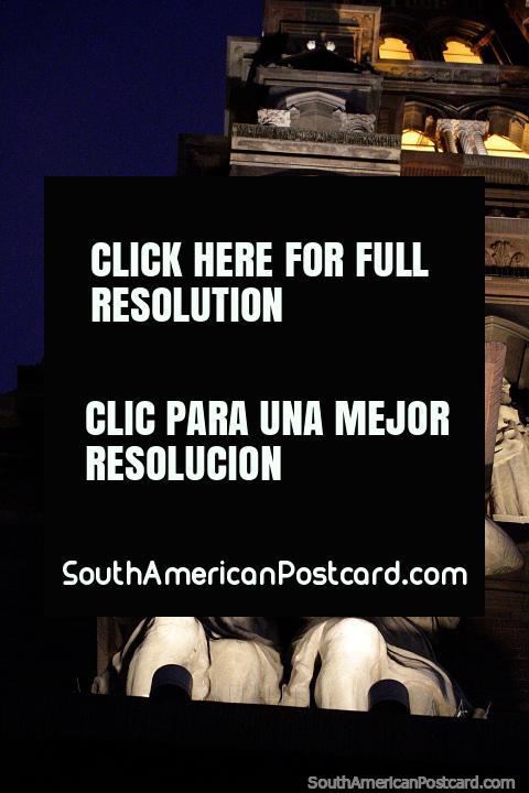 La Iglesia de los Capuchinos es una gran atracción turística en Córdoba, véala de noche con luces. (480x720px). Argentina, Sudamerica.