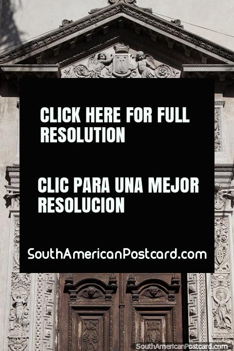 Entrada assombrosa em Santa Fé com esculturas gravadas feitas de pedra que o rodeia. (480x720px). Argentina, América do Sul.