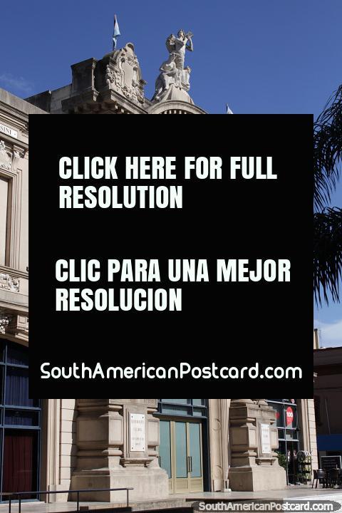 O Teatro municipal o primeiro de maio construiu em 1905 em Santa Fé com altas colunas na frente. (480x720px). Argentina, América do Sul.