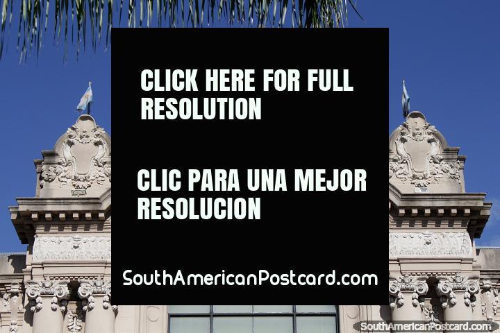 Fachada intricada com figuras esculpidos em cima do Teatro Municipal em Santa Fé. (720x480px). Argentina, América do Sul.