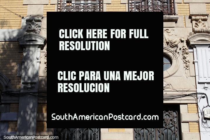 2 caras e 2 janelas ovais nesta fachada de edifïcio interessante em Santa Fé. (720x480px). Argentina, América do Sul.
