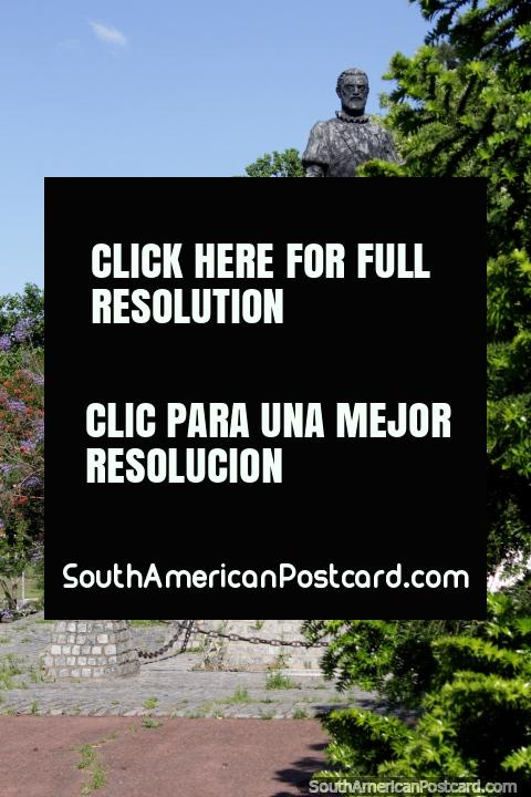 Juan de Garay (1528-1583) sosteniendo una espada, un conquistador español, estatua en el parque de Santa Fe. (480x720px). Argentina, Sudamerica.