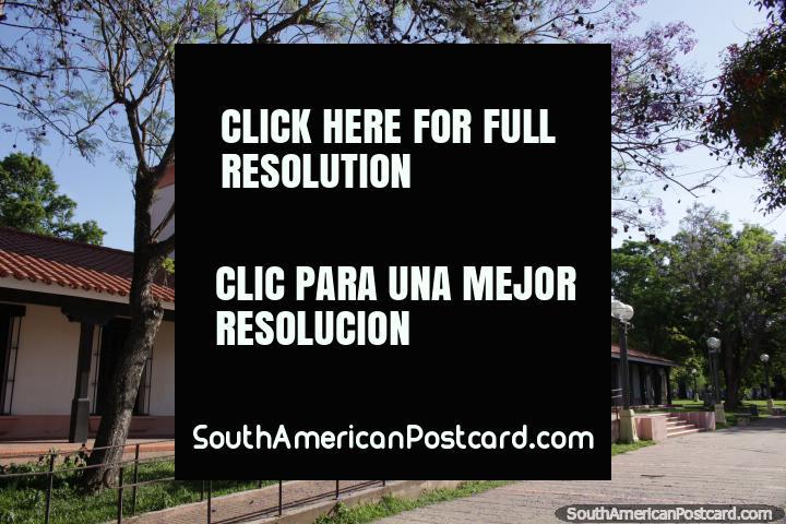 O belo parque em Santa Fé com árvores coloridas e o Museu Etnográfico. (720x480px). Argentina, América do Sul.