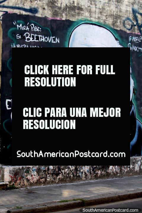 Eduardo Galeano (1940-2015), periodista uruguayo, escritor y novelista, mural callejero en Santa Fe. (480x720px). Argentina, Sudamerica.