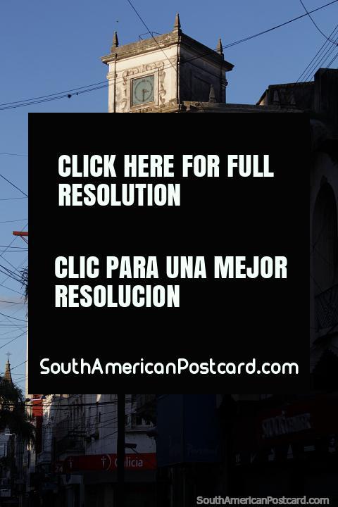 A criação com uma torre de relógio antiga na área de compras em Santa Fé. (480x720px). Argentina, América do Sul.