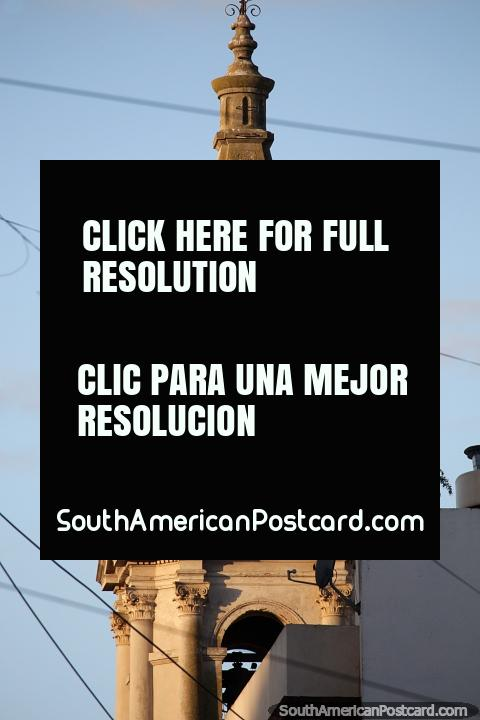 Igreja com torre de relógio na distância em Santa Fé, cidade histórica. (480x720px). Argentina, América do Sul.