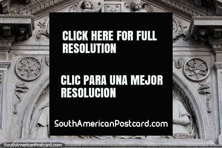 A fachada assombrosa esculpida com a pedra que apresenta figuras religiosos localiza-se acima de uma porta em Santa Fé. (720x480px). Argentina, América do Sul.