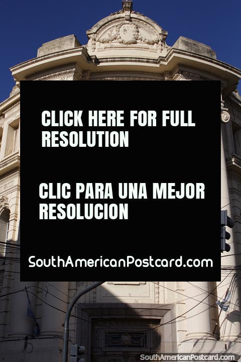 Edifïcio antigo em Santa Fé central, Banco da Nação, com altas colunas amarelas. (480x720px). Argentina, América do Sul.