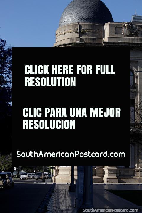 La esquina y la cúpula del Colegio de la Inmaculada Concepción en Santa Fe. (480x720px). Argentina, Sudamerica.