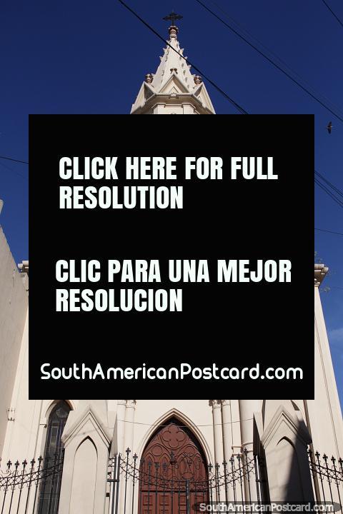 A nossa Senhora da igreja de Jardim em Santa Fé, fachada bonita com várias pequenas torres. (480x720px). Argentina, América do Sul.
